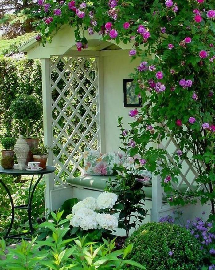 fantastische-weiße-Gartenbank-mit-Dach-dekoriert-mit-Blumen