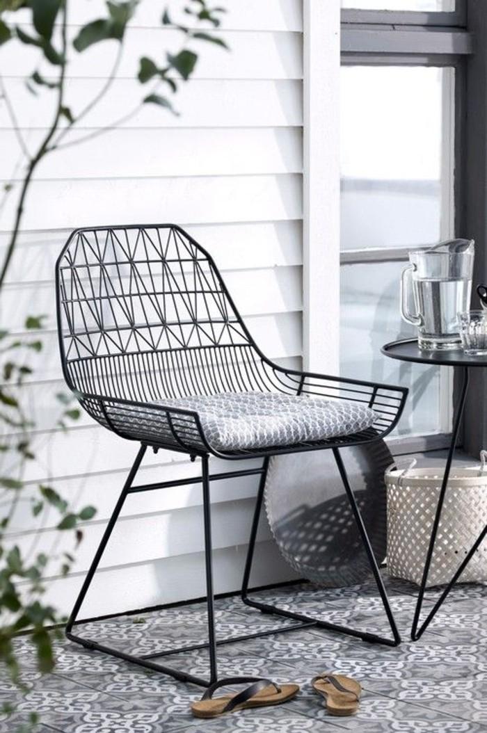 fantastischer-Stuhl-in-Schwarz-für-die-Terasse