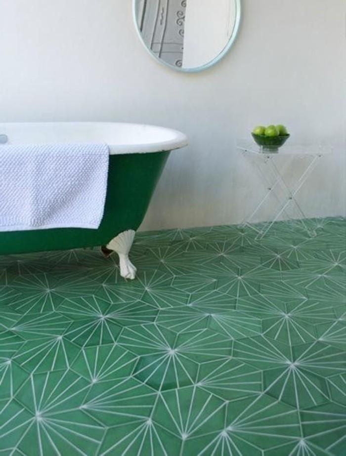 fantastisches-Badezimmer-Interieur-grüne-Badewanne-grüne-Bodenfliesen-Äpfel-als-Dekoration