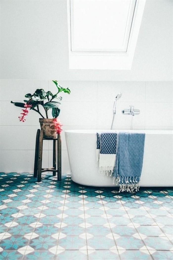 fantastisches-Badezimmer-mit-farbigen-Akzenten-Topfpflanze-bunte-Bodenfliesen-Bad