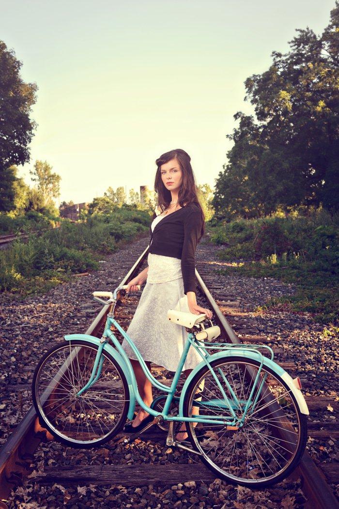 fantastisches-Foto-von-Mädchen-mit-attraktivem-Fahrrad