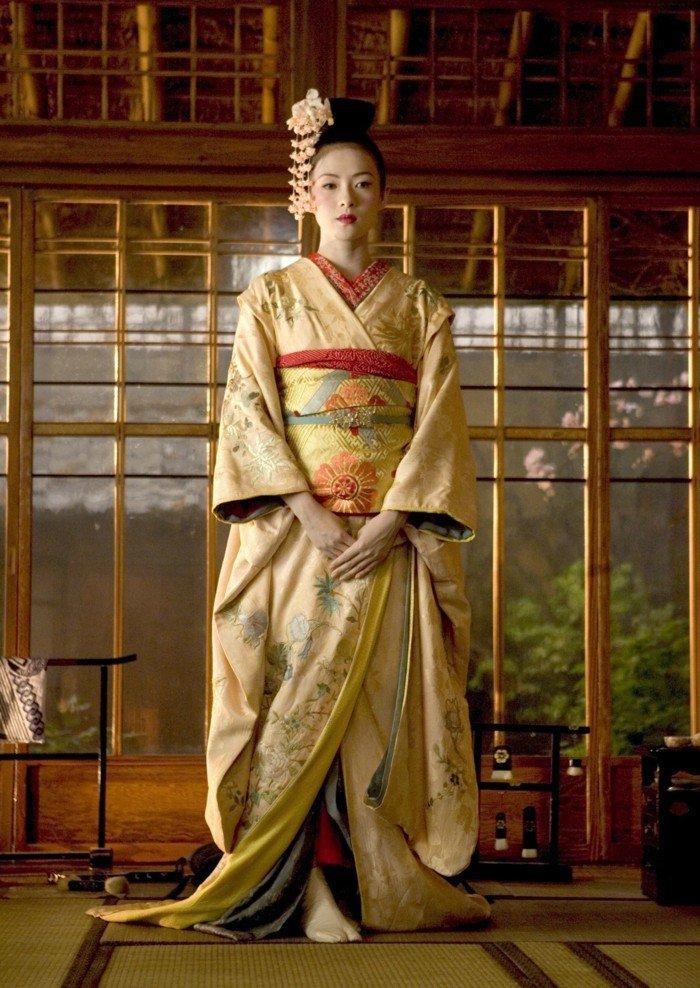 fantastisches-Foto-von-Mädchen-mit-traditionellem-Kimono