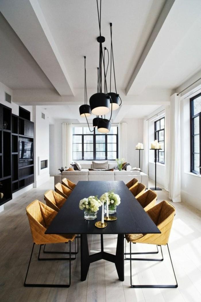 fantastisches-Interieur-schwarze-Möbel-simple-Pendelleuchten-einzigartige-Stühle