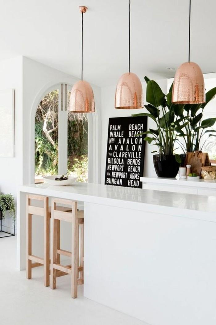 fantastisches-Küchen-Interieur-Kupfer-Leuchten-kleine-hölzerne-Hocker