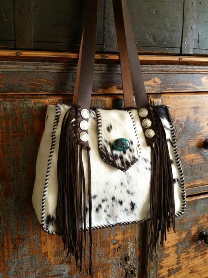 fantastisches-Modell-Handtasche-aus-Rindsleder-mit-Fransen
