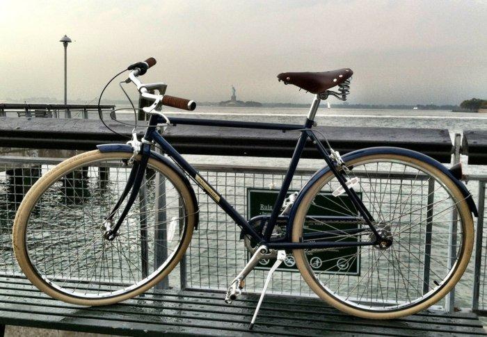 fantastisches-Modell-retro-Fahrrad-am-Kai