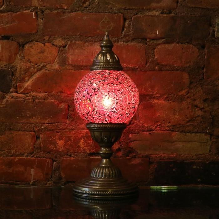 faszinierende-Tischlampe-in-Rot-aus-Mosaik