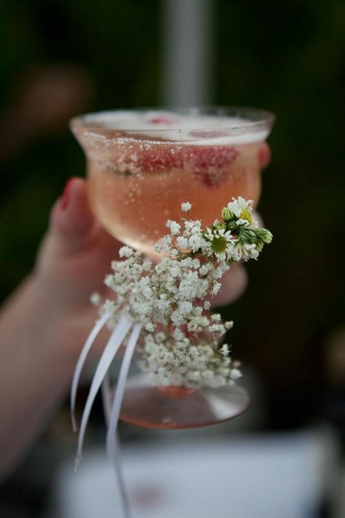 festliches-Weinglas-mit-schöner-zärtlichen-Dekoration