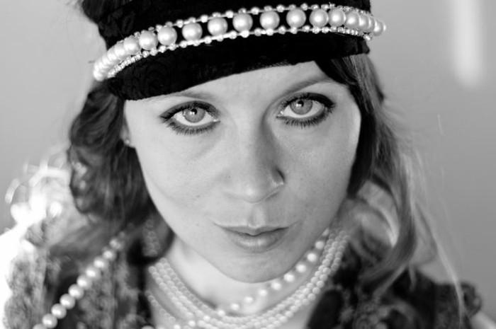 foto-in-weiß-und-schwarz-tolle-kleidung-20er-mode