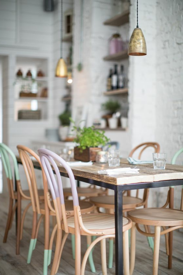 frische-Idee-fürs-Esszimmer-bunte-vintage-Esszimmerstühle