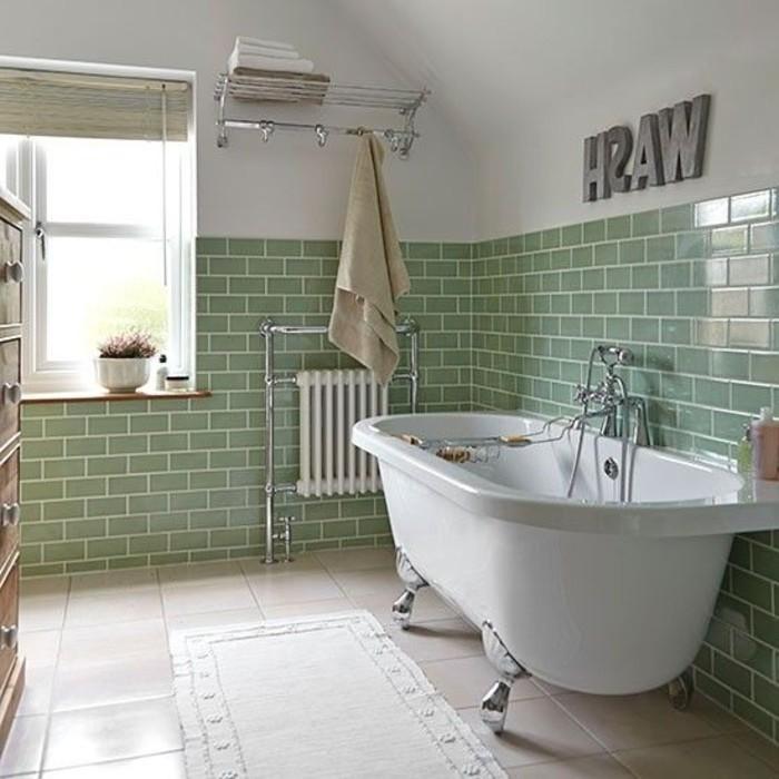 frisches-Badezimmer-Interieur-Badewanne-grüne-Wandfliesen