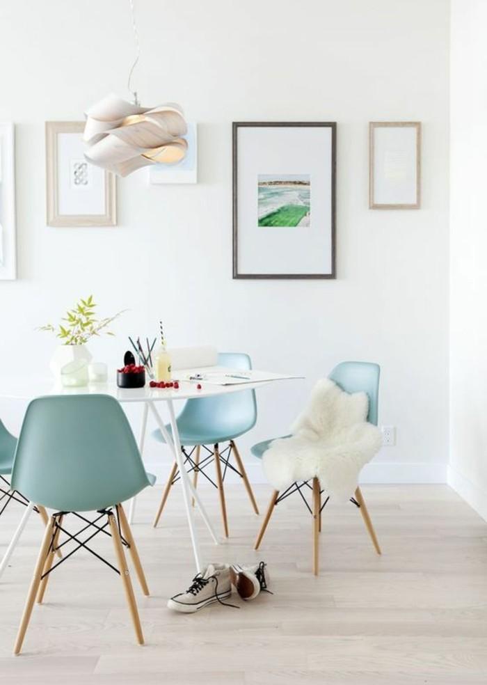 frisches-Esszimmer-Interieur-interessante-Leuchte-Esszimmerstühle-in-Minze-Farbe