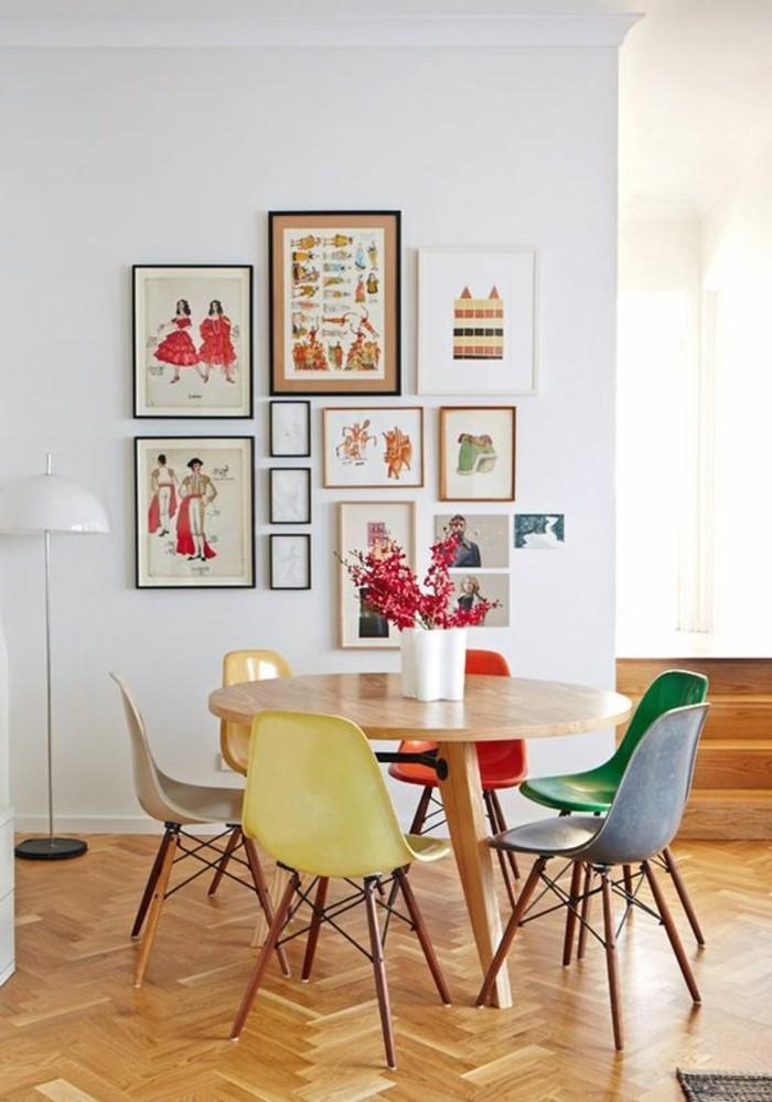 frisches-Interieur-Wandbilder-mit-asiatischen-Motiven-Stühle-in-verschiedenen-Farben