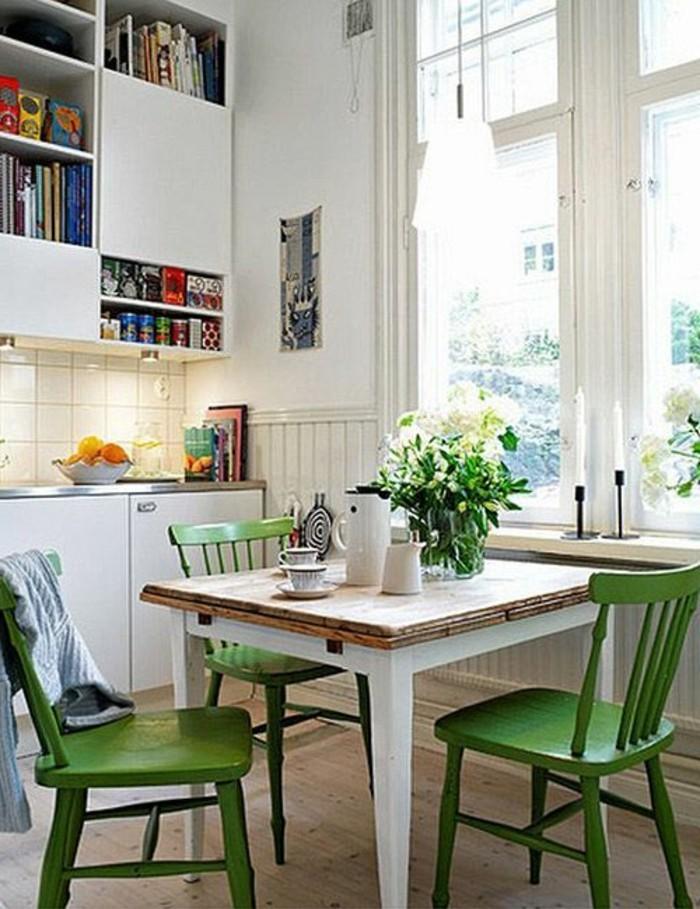 funktionales-Küchen-Interieur-kleiner-Tisch-grüne-Stühle-in-vintage-Stil