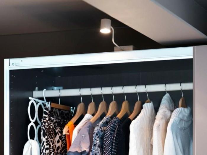 garderobe-im-schlafzimmer-mit-integrierter-beleuchtung-gestalten