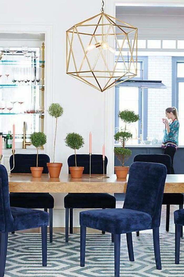 gegenwärtiges-Interieur-hölzerner-Esstisch-blaue-bequeme-Stühle