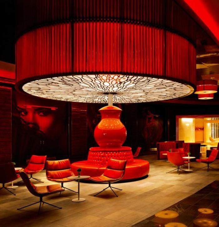 gegenwärtiges-Luxusinterieur-in-Rot-enorme-Designer-Lampe-im-Zentrum-des-Raums