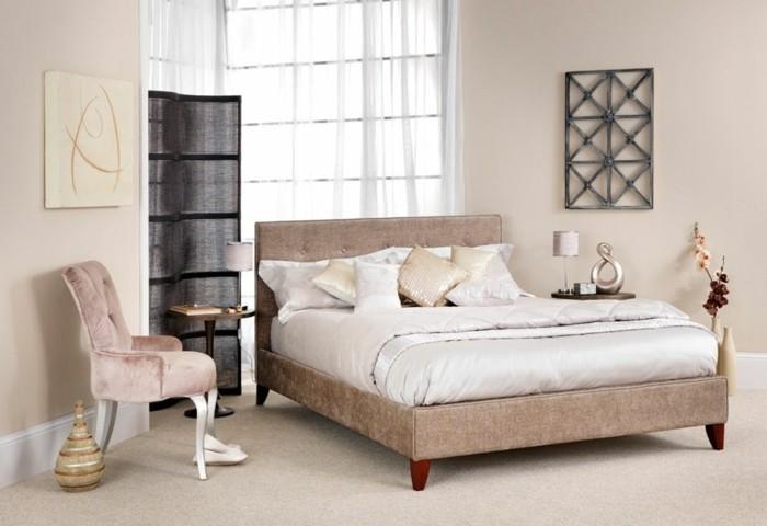 gemütliches-ambiente-im-tollen-schlafzimmer-mit-einem-polsterbett-mit-bettkasten