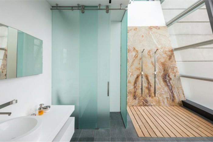 gemütliches-badezimmer-glaswand-dusche-und-blaue-wände