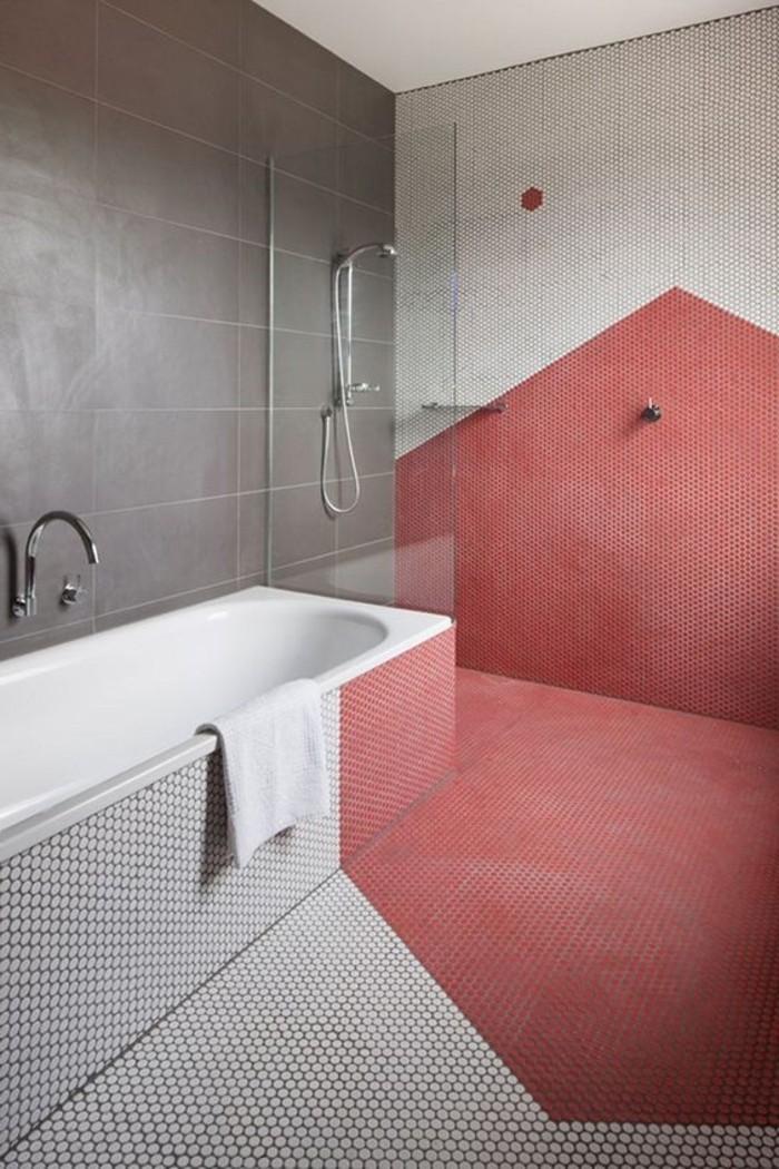 geometrische-Badezimmer-Gestaltung-mit-Spiegeleffekt