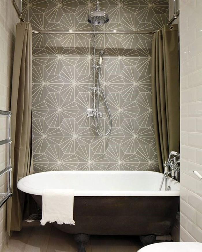 geometrische-graue-Badezimmer-Fliesen-mit-weißen-Ornamenten