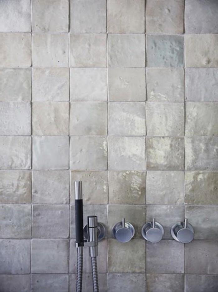 glänzende-Wandfliesen-Bad-bedeckt-mit-speziellem-Fliesenlack
