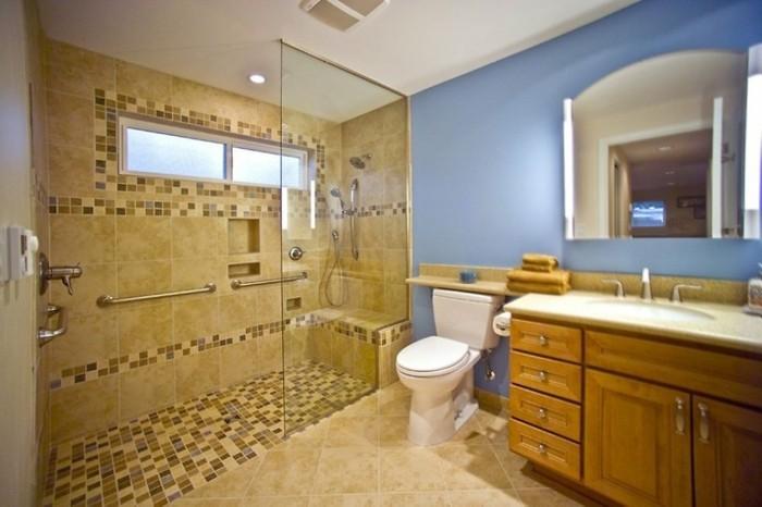 gläserne-duschabtrennung-im-kleinen-badezimmer-mit-hölzernem-badschrank-und-spiegel
