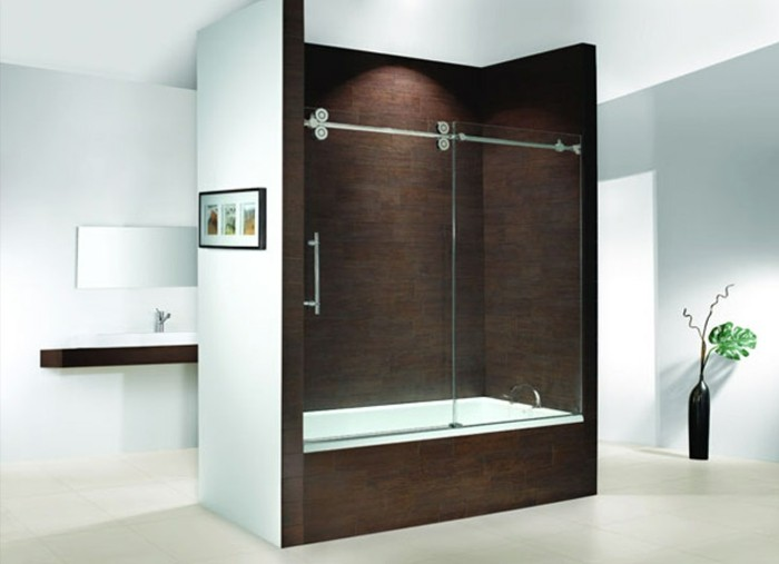 gläserne-duschwand-im-badezimmer-mit-kontrastierenden-farben