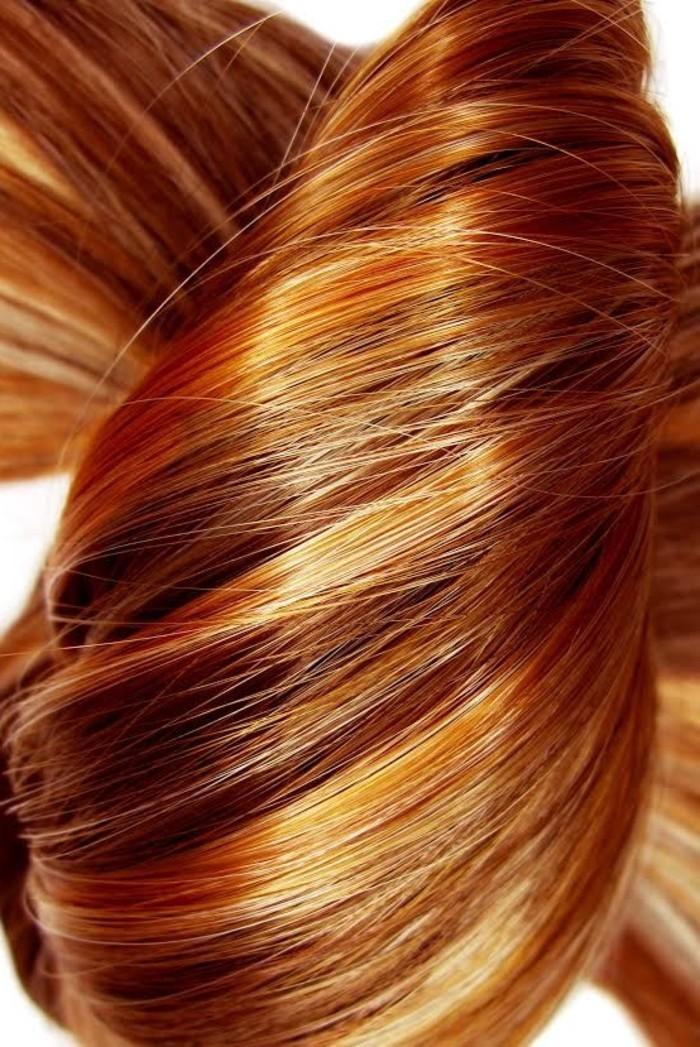 glatte-glänzende-Kupfer-Haare-mit-blonden-Strähnchen