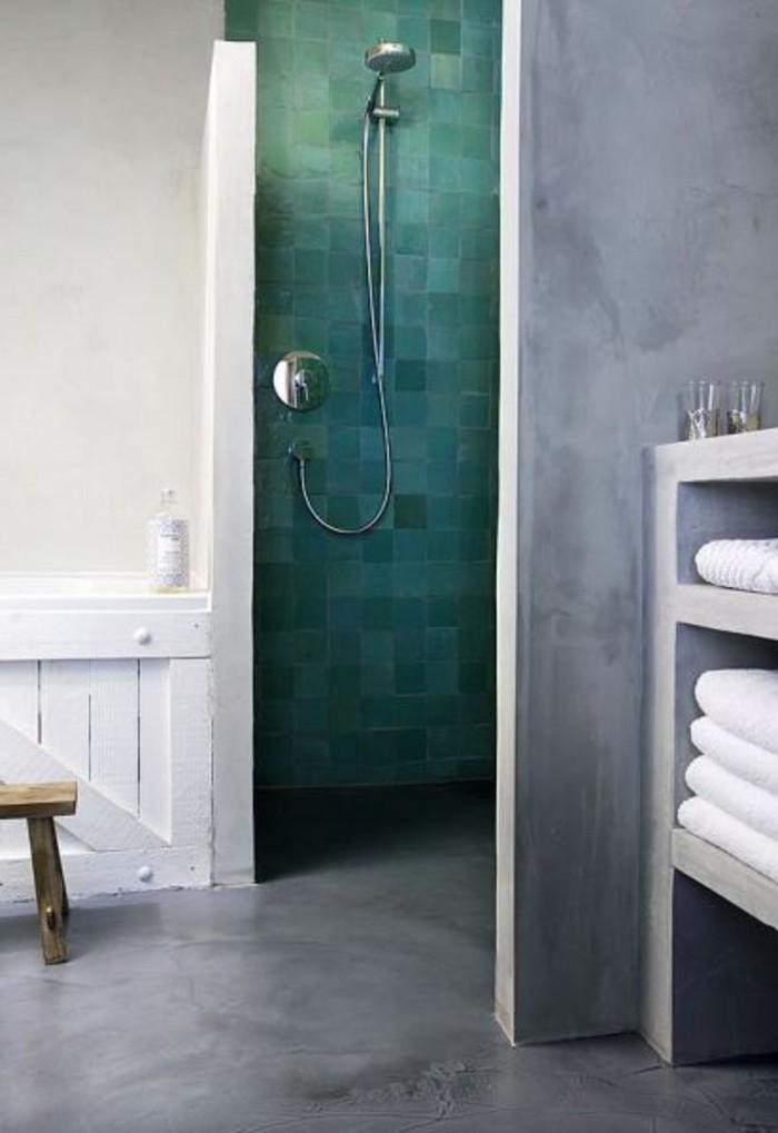 Grüne Akzentwand Im Badezimmer Bedeckt Mit Fliesen