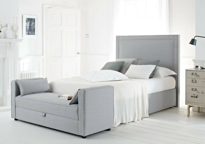 graues-design-vom-bett-weiße-bettwäsche-gemütliches-ambiente