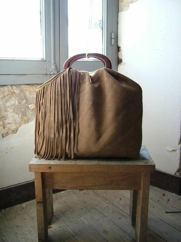 große-elegante-Damentasche-dekoriert-mit-Fransen