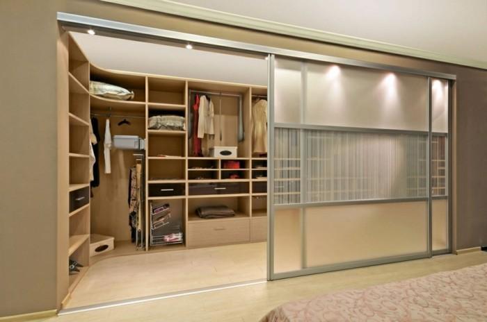 großes-ankleidezimmer-mit-moderner-schöner-intergrierter-beleuchtung