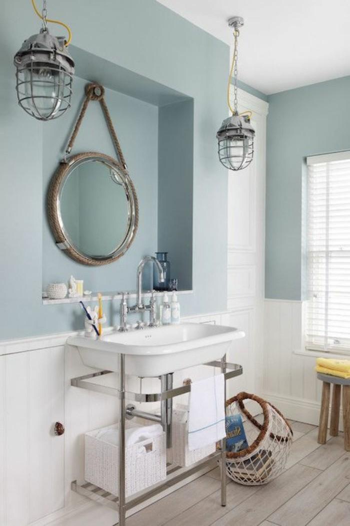 hängender-runder-spiegel-an-der-blauen-wand-im-badezimmer-waschtisch-selber-bauen