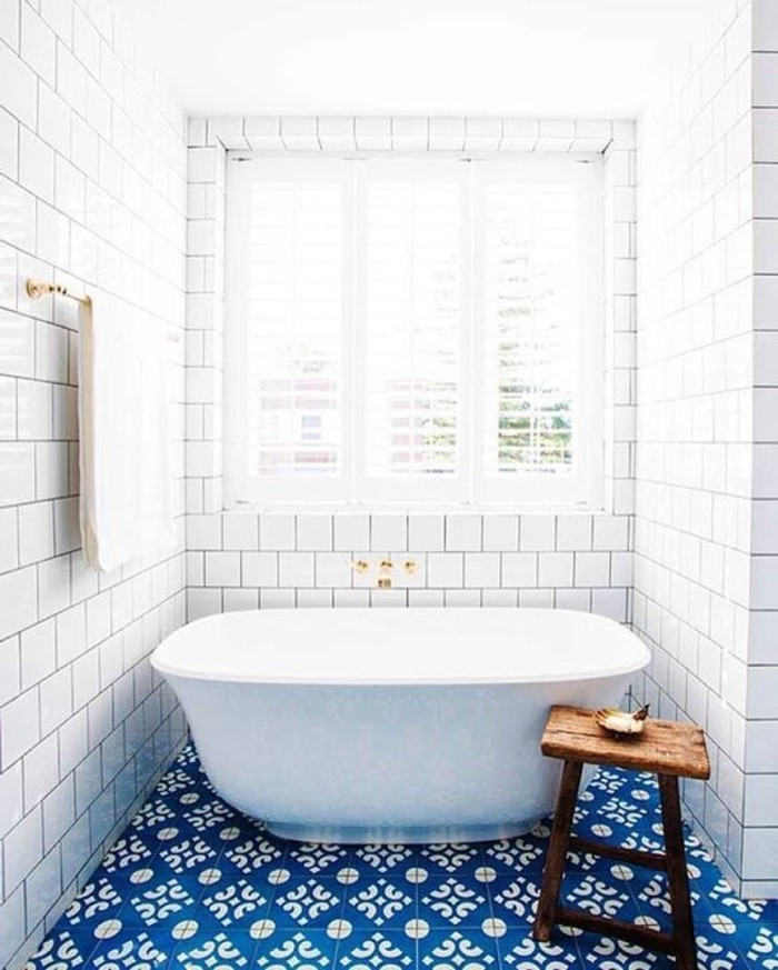 helles-Badezimmer-mit-rustikalen-Elementen-blaue-Bodenfliesen