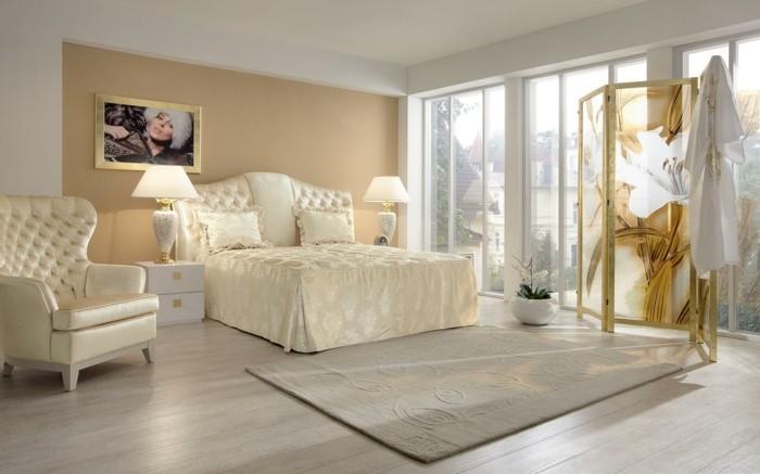 helles-design-von-schlafzimmer-bett-mit-stauraum-große-fensterwände