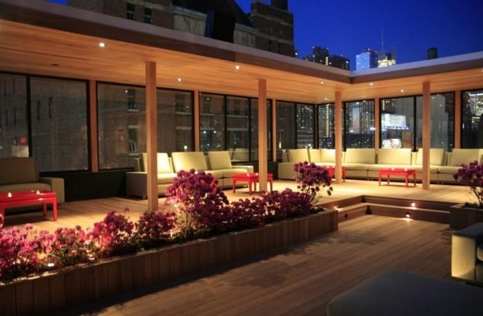 herrliche-gestaltung-von-terrasse-elegante-sofas-und-romantische-deckenbeleuchtung