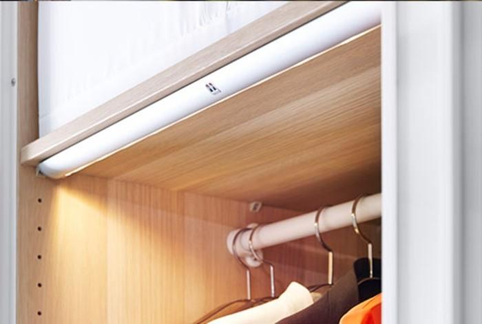herrliches-modell-ankleidezimmer-mit-integrierter-beleuchtung