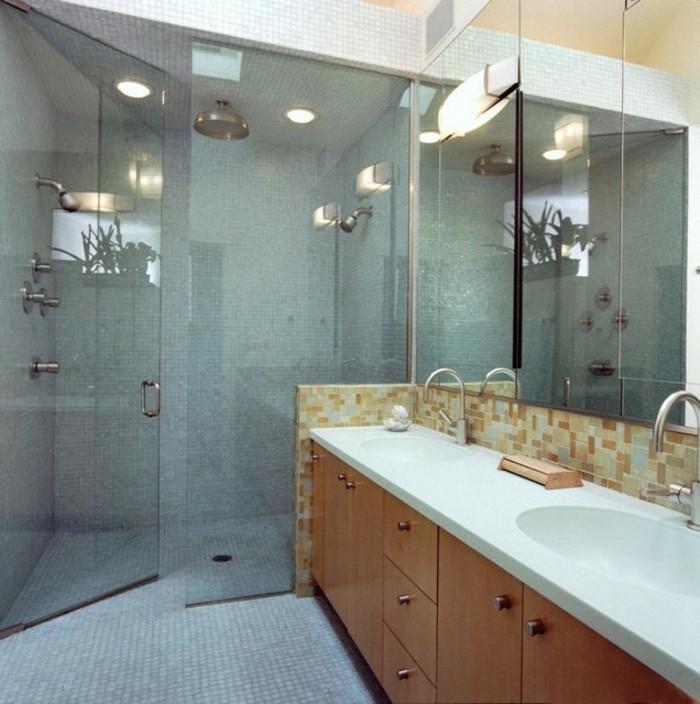 herrliches-modell-duschkabine-aus-glas-neben-einem-großen-waschbecken