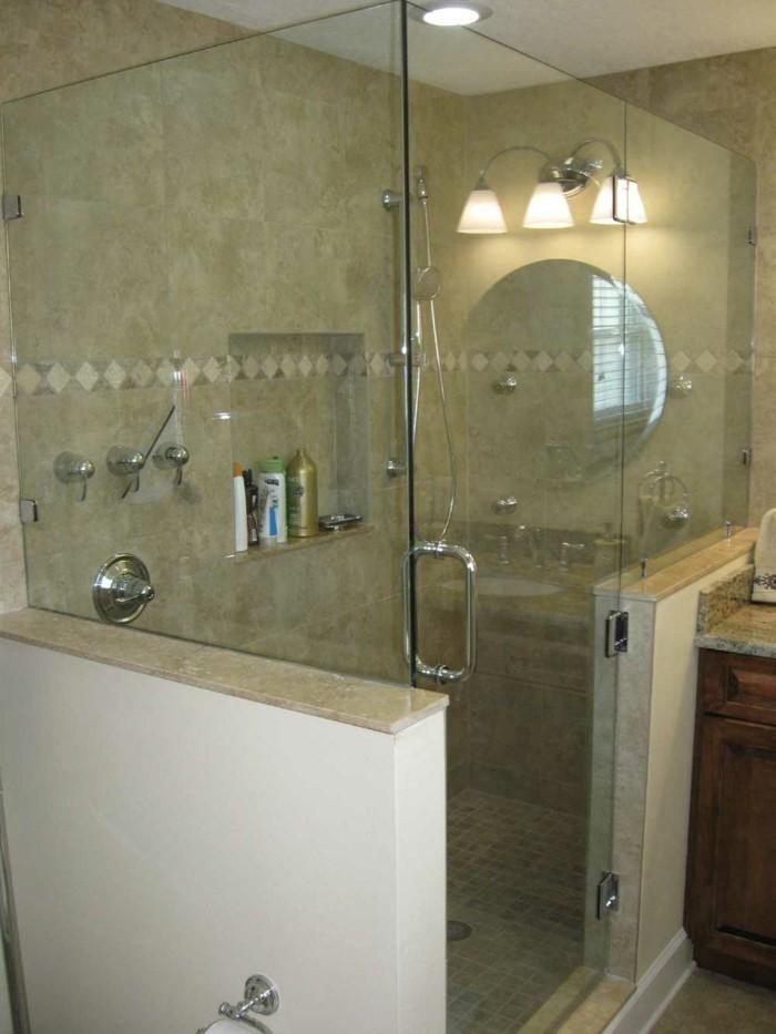 interessante-glaswand-dusche-im-kleinen-schönen-badezimmer