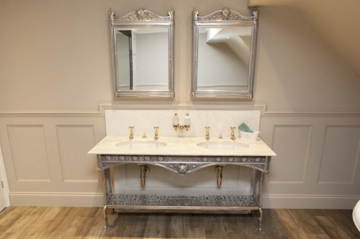 interessante-waschtischplatte-mit-zwei-spiegeln-im-kleinen-badezimmer