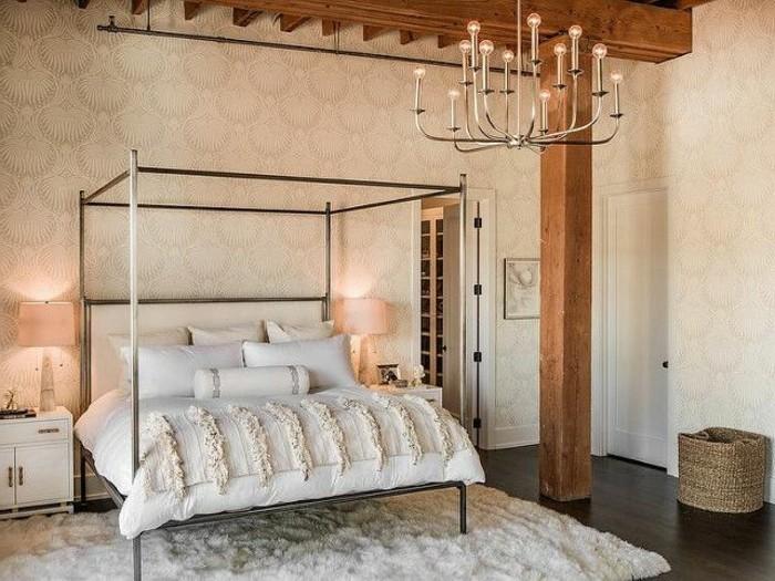 interessanter-kronleuchter-im-gemütlichen-schlafzimmer