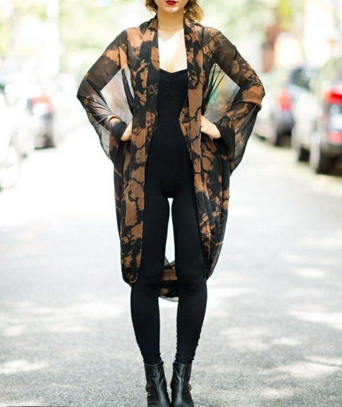 interessantes-Modell-Kimono-für-Damen-in-Braun-und-Schwarz