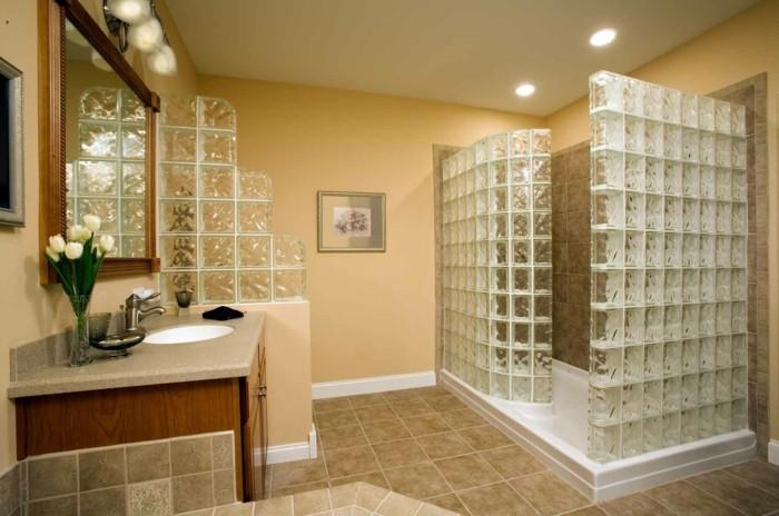 interessantes-badezimmer-mit-einer-gläserne-duschabtrennung