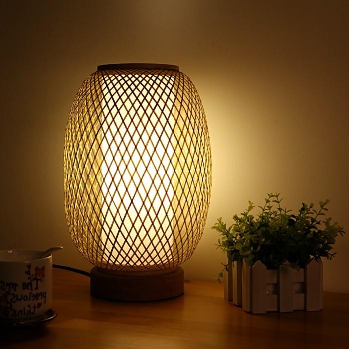 interessantes-modell-schlafzimmer-lampe-super-design-auf-dem-nachttisch