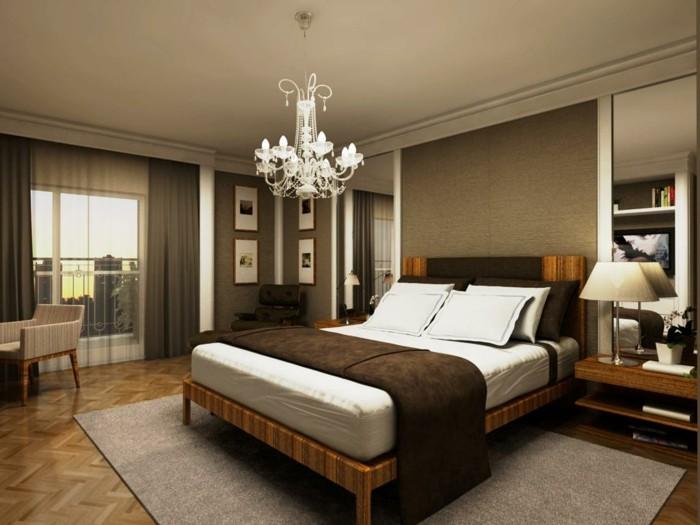 interessantes-schlafzimmer-mit-einem-unikalen-schönen-kronleuchter