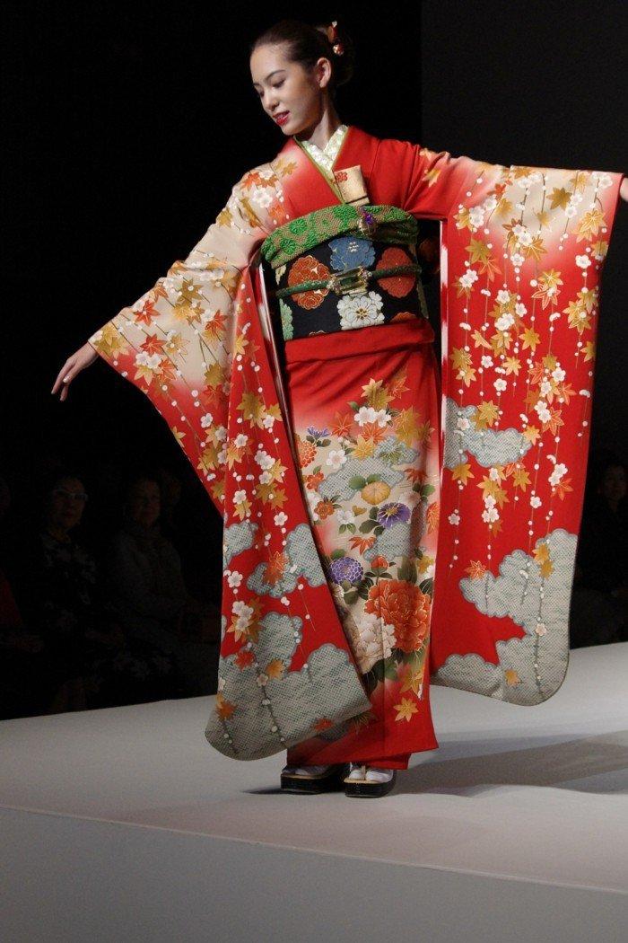 japanisches-Mädchen-mit-langem-roten-Kimono