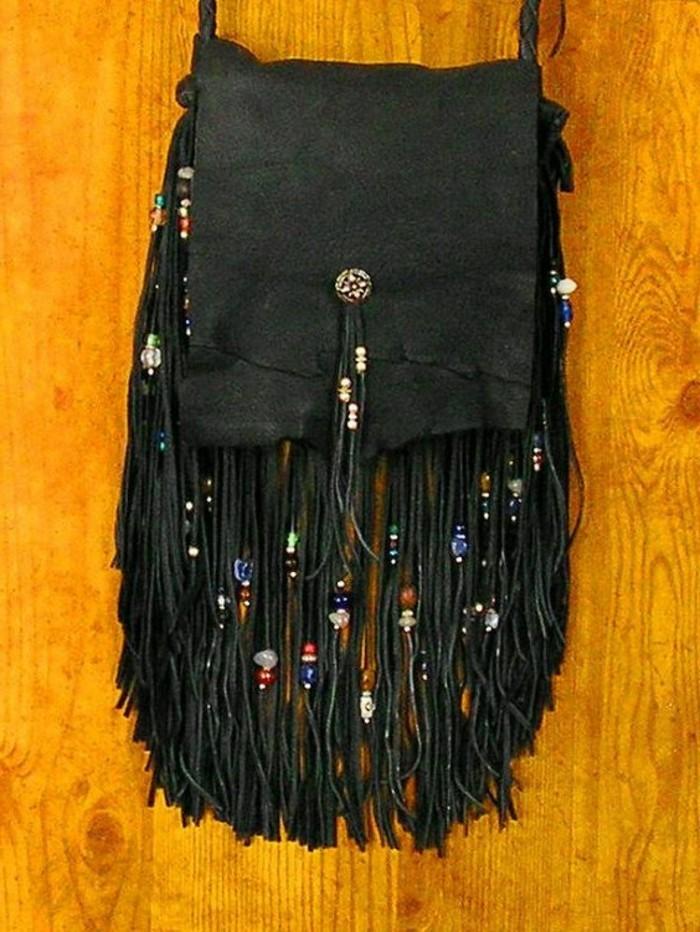 kleine-Handtasche-in-Schwarz-mit-Fransen-und-Glasperlen