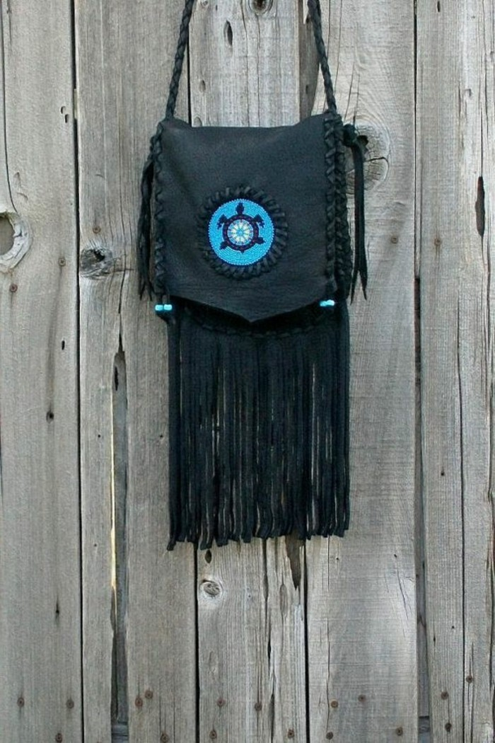 kleine-Handtasche-mit-Totem-Print-in-Schwarz