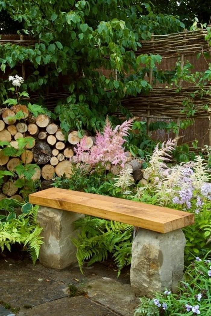 kleine-Holzbank-Garten-mit-Stein-Grundlage